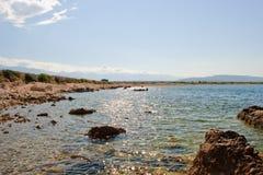 Kust av ön Pag som förbiser medelhavet Royaltyfri Foto