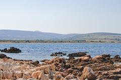 Kust av ön Pag som förbiser medelhavet Arkivbild