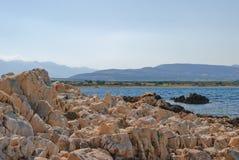 Kust av ön Pag som förbiser medelhavet Arkivfoton