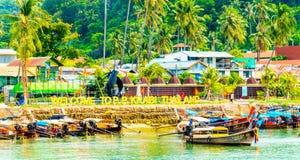 Kust av ön Phi Phi Don med fartyg för lång svans Fotografering för Bildbyråer