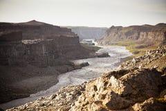 Kust av den isländska floden Jokulsa en Fjollum Arkivfoton