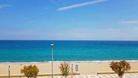 Kust av den soliga stranden i Blanes, Costa Brava, Spanien stock video