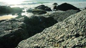 Kust av det tropiska havet med stora stenar thailand Phuket stock video