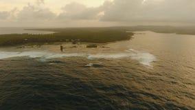Kust av havet med bränning arkivfilmer