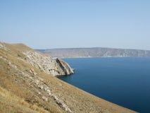 Kust av havet med kullar Black Sea Krim som skiner arkivfoton