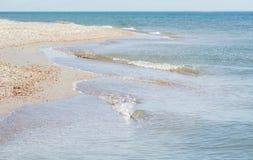 Kust av havet med vågor Parallella våglinjer, Arkivfoto
