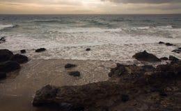 Kust av Lanzarote, wintry oreglerat hav Arkivfoton