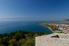 Kust av Ohrid sjön från fästningen Royaltyfri Fotografi