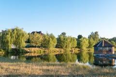 Kust av sjön i byn Royaltyfri Fotografi