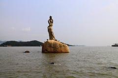 Kust av Xianglu Bay— Fisher Girl Statue Royaltyfri Fotografi