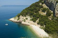 Kust dichtbij door Makarska Royalty-vrije Stock Foto's