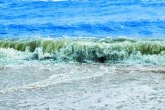 Kust en blauwe overzees voor achtergrondafbeeldingen stock foto