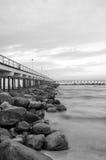 Kust en de brug in overzees Royalty-vrije Stock Afbeeldingen