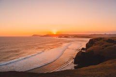 Kust en oceaan met golven bij warme zonsondergang of zonsopgang Lombok, Indonesië Stock Foto