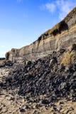 Kust- erosion på stranden av Burry port Arkivfoto