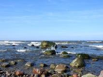 Kust för baltiskt hav och härliga stenar, Litauen Arkivfoto