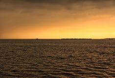Kust för djupt hav i solnedgång Royaltyfria Foton