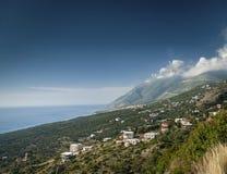 Kust för Ionian hav av sydliga Albanien på solig dag Arkivbilder