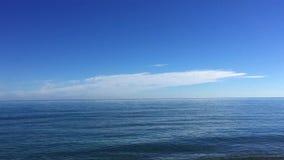 Kust för mycket lugna hav på solig dag arkivfilmer
