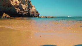 Kust för strand för låg vinkel för glidare som skjutas i Algarven, Portugal lager videofilmer