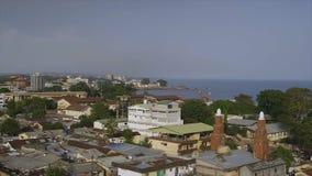 Kust- flyg- sikt av byggnader, Conakry arkivfilmer