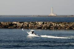 Kust gallipoli-Italië en boot met eiland en vuurtoren Stock Foto