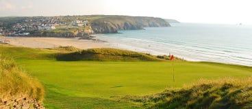 Kust- golfbana som förbiser stranden Royaltyfria Bilder