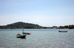 Kust- ha små fiskebåtar förtöjde på havet Royaltyfri Foto