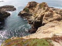 Kust- Kalifornien vaggar och klippor, den lilla öppningen längs kusten - huvudväg 1 för vägturen ner royaltyfria foton