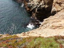 Kust- Kalifornien vaggar och klippor, liten öppning längs kusten med virvel - huvudväg 1 för vägturen ner arkivbilder