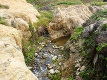 Kust- Kalifornien vaggar och klippor, liten liten vik längs kusten - huvudväg 1 för vägturen ner royaltyfri bild