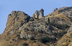 Kust- kant av bergmassiven Kara-Dag crimea royaltyfria bilder