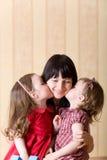 Kust kleine dochter twee hun moeder stock afbeelding