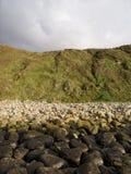 Kust landschap met bergen, rotsen en hemel Royalty-vrije Stock Fotografie