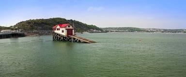 Kust landschap met eenzaam huis in overzees Royalty-vrije Stock Foto