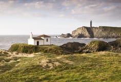 Kust landschap met kapel en vuurtoren Stock Foto