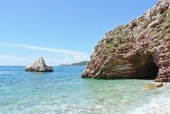 Kust- landskap för sommar - hav för stenig strand och turkos royaltyfri bild