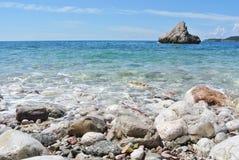 Kust- landskap för sommar - stenig strand och blått hav för frikänd Arkivbild