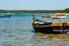 Kust- landskap med den gamla fiskebåten royaltyfri fotografi