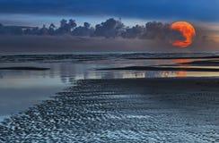 Kust- landskap med den toppna månen ovanför horisonten, selektiv fokus arkivbilder