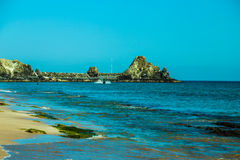 Kust- landskap med det blåa havet arkivfoton