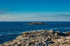 Kust- landskap med sikter av havet och den blåa himlen Fotografering för Bildbyråer