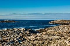 Kust- landskap med sikter av havet och den blåa himlen Arkivfoton