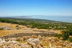 Kust- landskap med stenväggar Arkivbilder