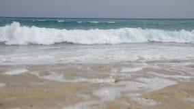 Kust med vågor som blöter all sand stock video