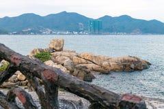 Kust met overvloedsstenen dichtbij overzees bij schemer stock fotografie