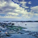 kust met rotsen en dramatische wolken, Dalian, China royalty-vrije stock foto