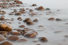 kust nära havsstenen Royaltyfria Bilder