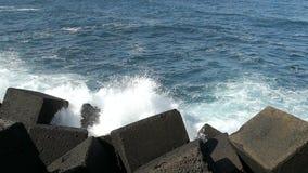 Kust oceaan overzees rotsachtig water stock video