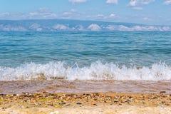 Kust och bergen av Laket Baikal arkivfoton